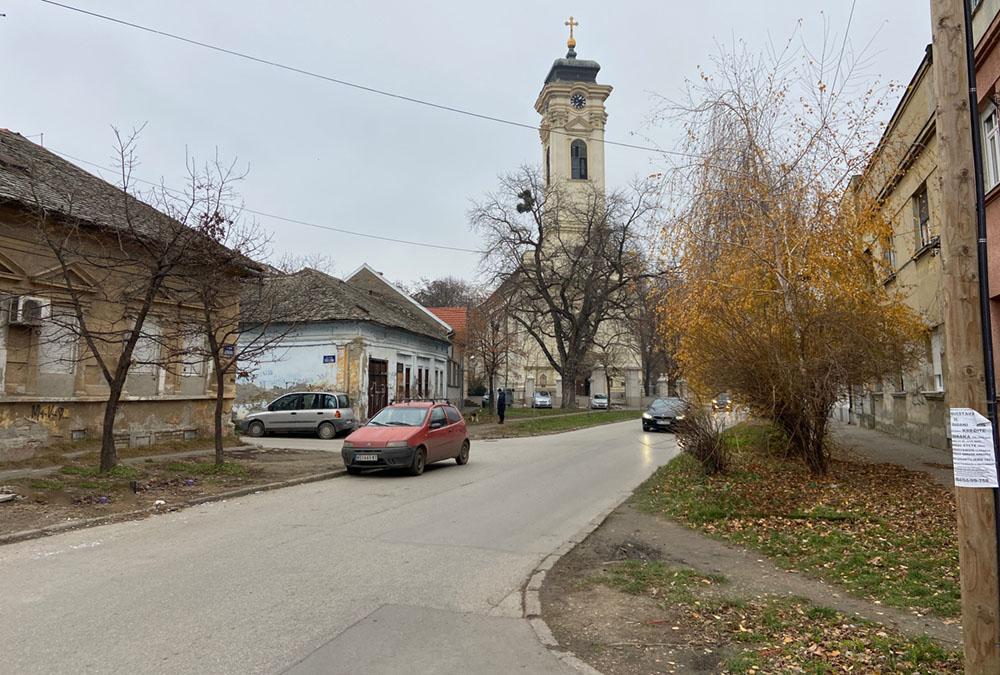 Ова слика има празан alt атрибут; име њене датотеке је Almaska-ulica-i-crkva-1000.jpg